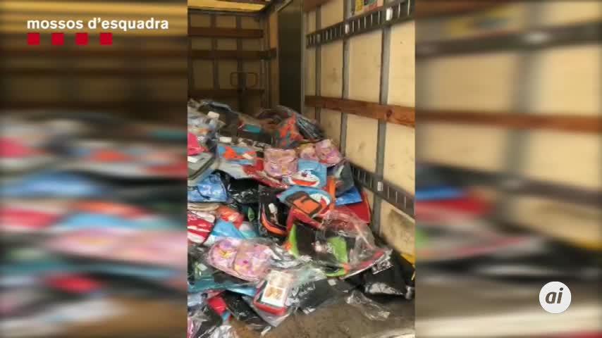 Un detenido tras huir en una furgoneta con 5.000 mochilas escolares