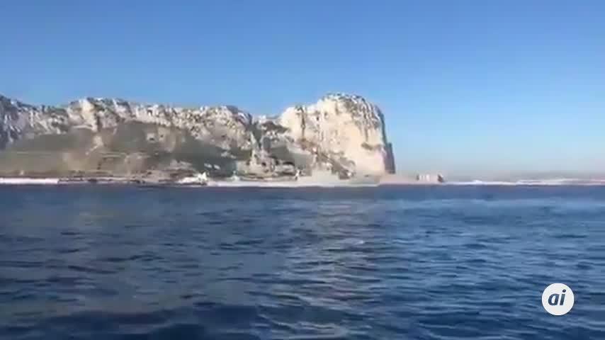 Una corbeta navega con el himno español a todo volumen ante el Peñón
