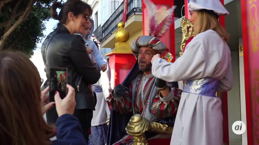 El Heraldo Real recoge cartas de los niños antes de su cabalgata