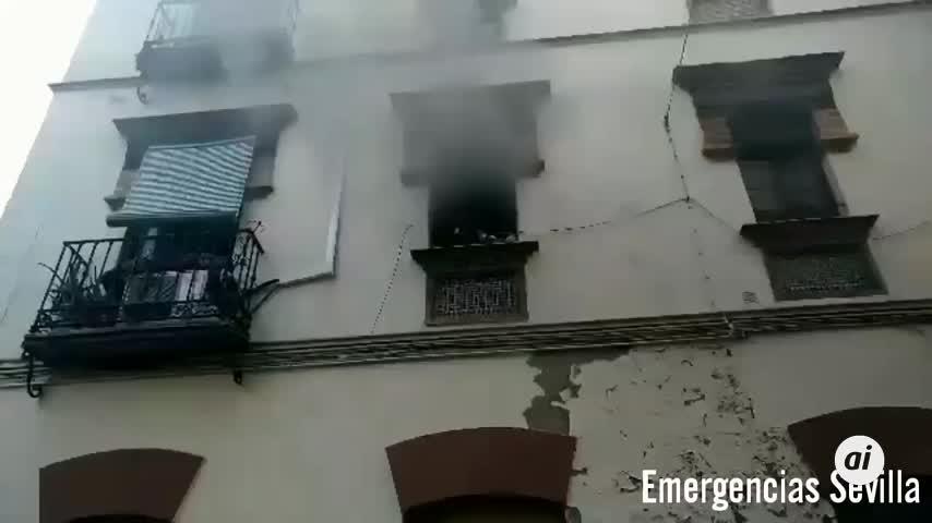 Dos mujeres atendidas tras el incendio de su vivienda en Sevilla