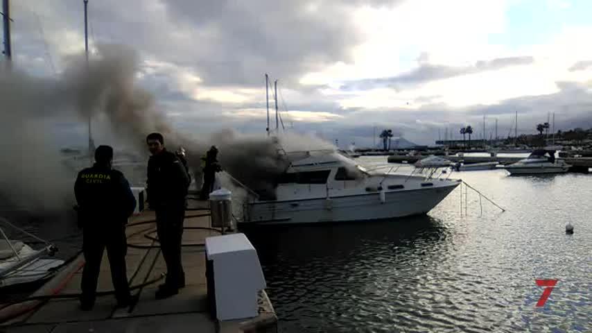 Arde un barco en el Puerto de Sotogrande