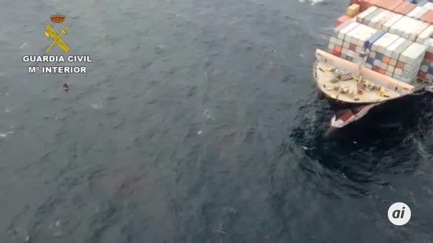 """Evitan """"in extremis"""" que un buque embista a una patera en Camarinal"""