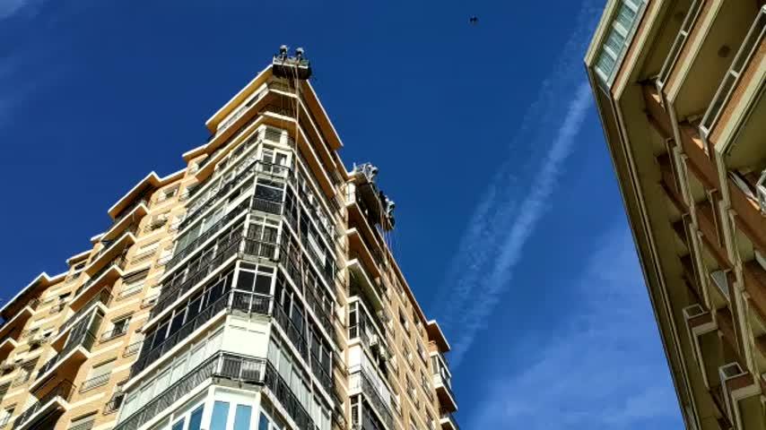 El viento arranca y hace caer a la calle un andamio en Málaga
