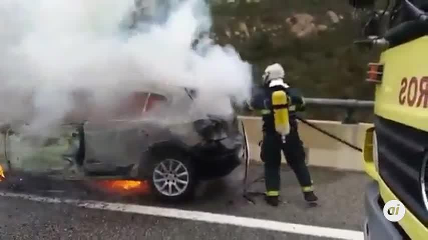 Incendio en un coche abandonado en el arcén de la A-381 en Los Barrios