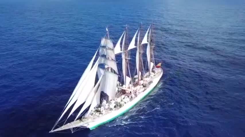 El buque escuela 'Juan Sebastián de Elcano' cruza el Atlántico a vela