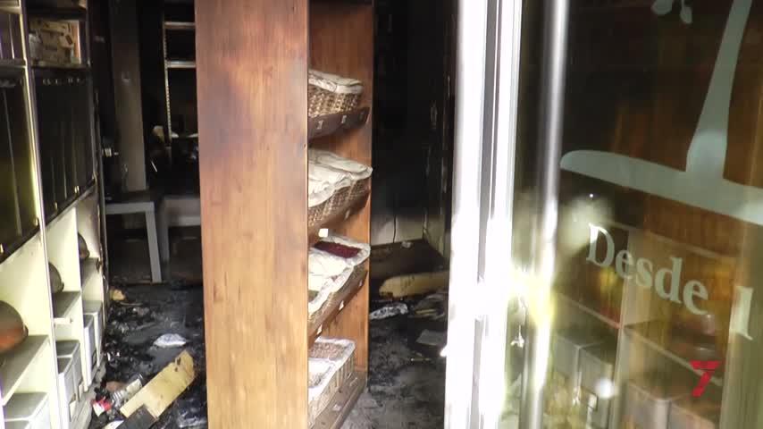 Un incendio calcina el interior de la bombonería de la calle Larga