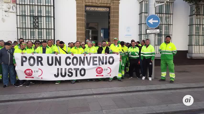 La plantilla de la Limpieza se manifiesta ante el Ayuntamiento