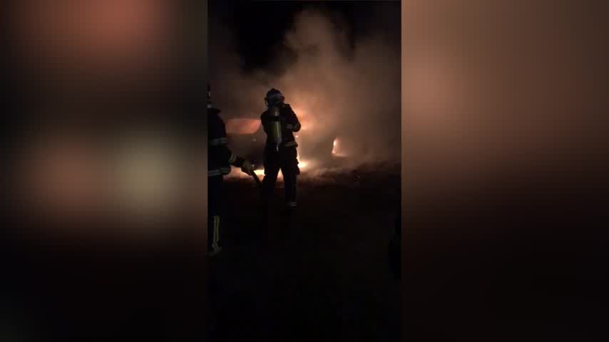 Bomberos de Chiclana sofocan el fuego en un coche en Sancti Petri
