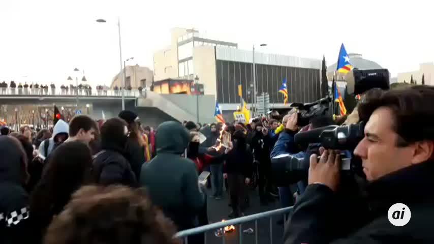 Los CDR cortan el tráfico en Barcelona y queman fotos del rey