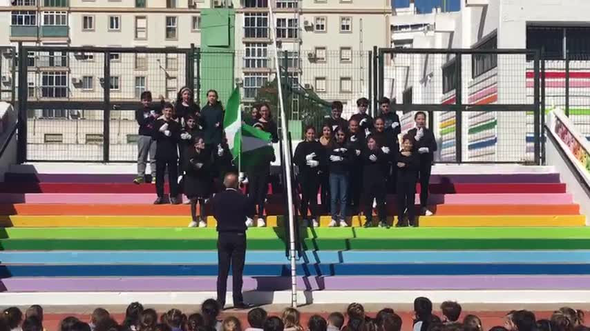 El Himno de Andalucía suena en lengua de signos en el Reina de la Paz