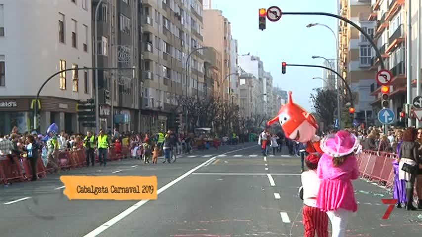 Cádiz rebosa color, música y papelillos en su Cabalgata de Carnaval