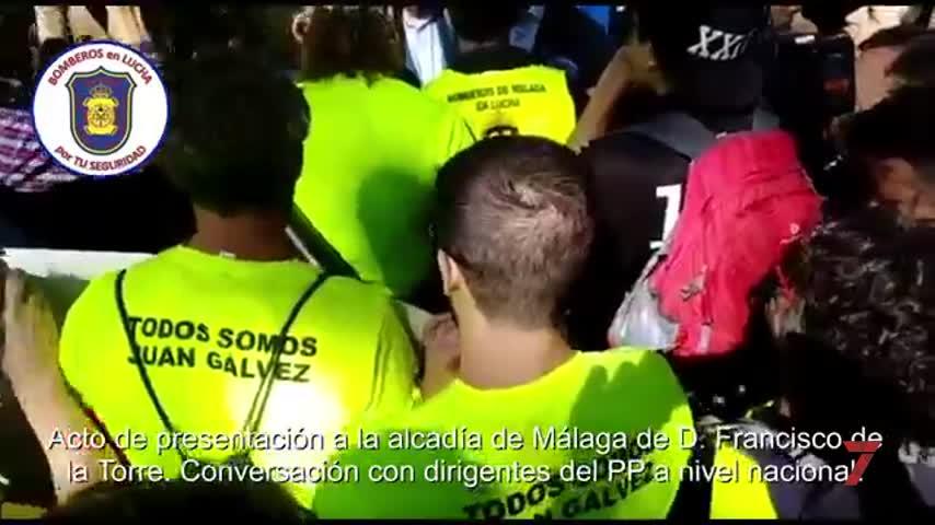 Bomberos de Málaga protestan en un acto del PP con Pablo Casado