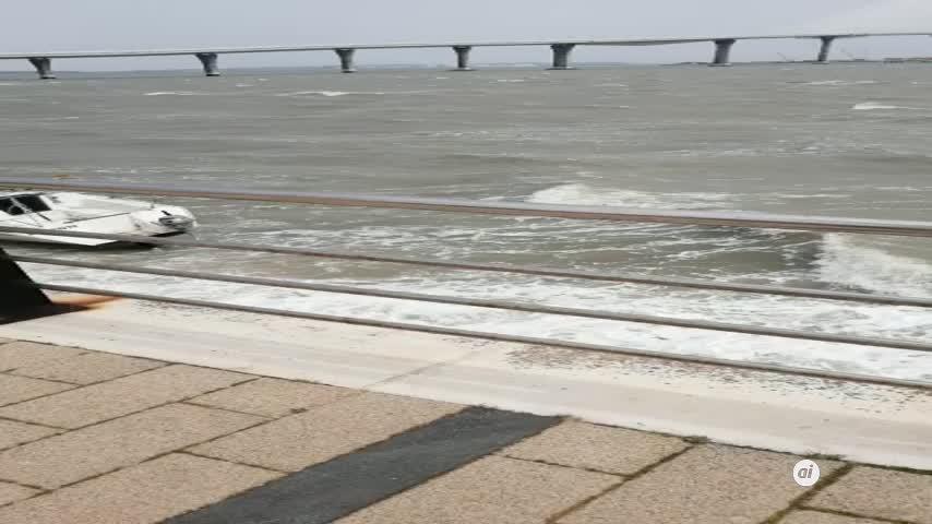 Un camión pierde su carga a su paso por el Puente Carranza en Cádiz