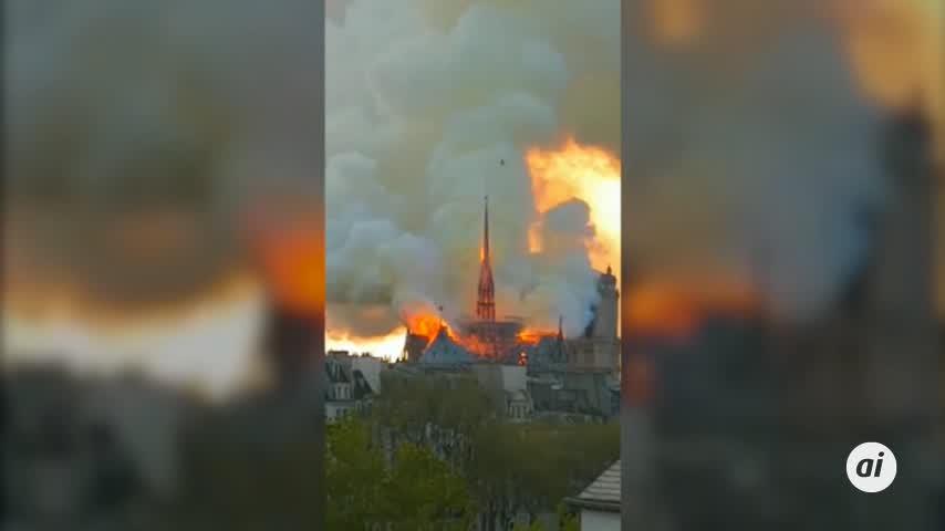 Cae la aguja central de la catedral de Notre Dame por un incendio