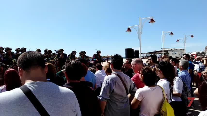 Sol, arena y Carnaval en la Batalla de Coplas del Paseo