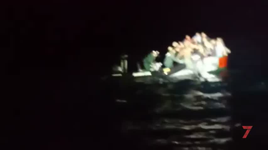 Espectacular video del rescate de una patera cerca del Faro Trafalgar