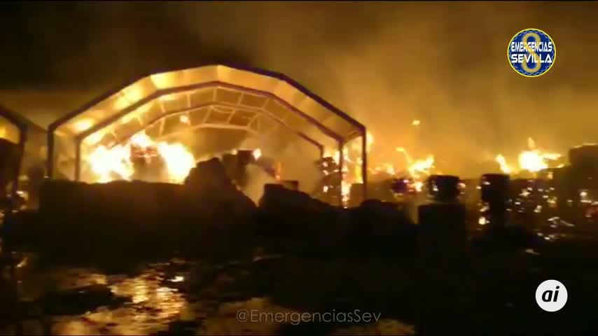 Controlado el incendio en una nave de reciclaje en Dos Hermanas