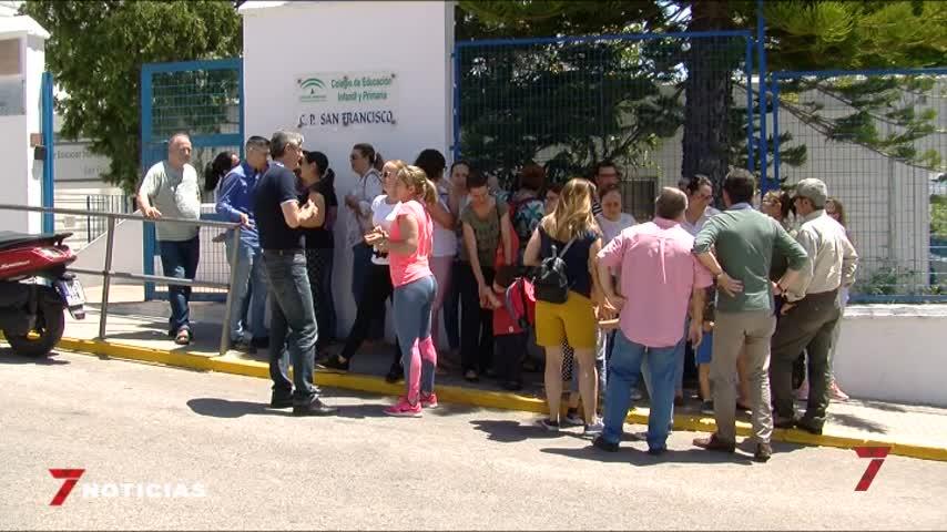 Veinte familias de Arcos protestan por el desplazamiento de sus hijos
