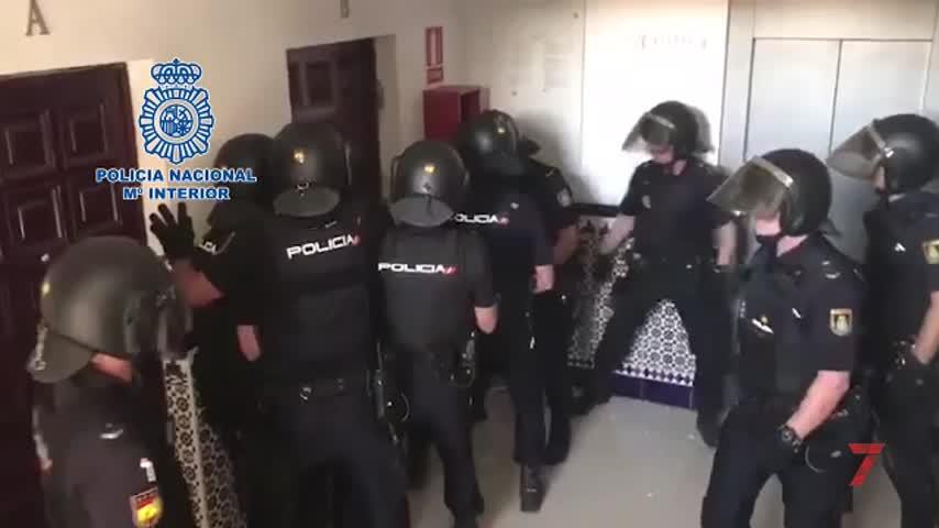 Se atrinchera en su piso cuando la Policía va a detenerlo