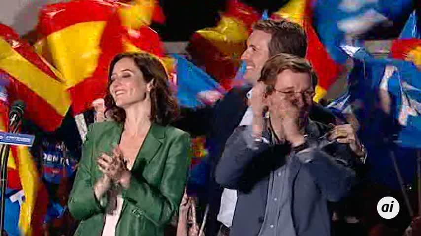 Casado celebra los resultados con Almeida y Ayuso en la calle Génova