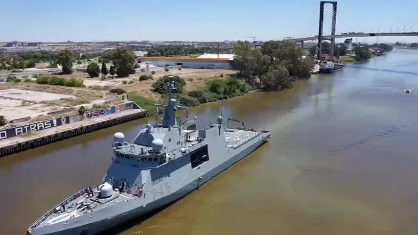 El buque Audaz de la Armada recala en Sevilla