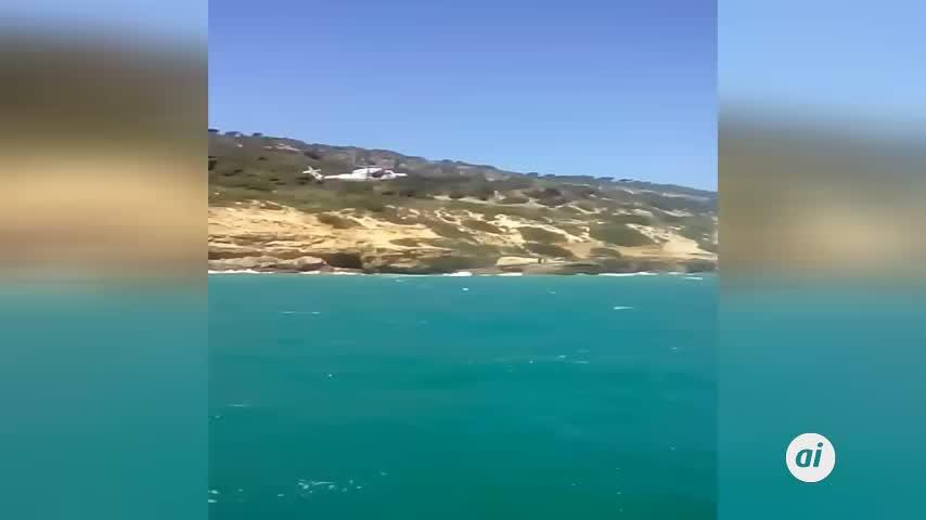 Salvan la vida a tres jerezanos atrapados en una roca en Barbate