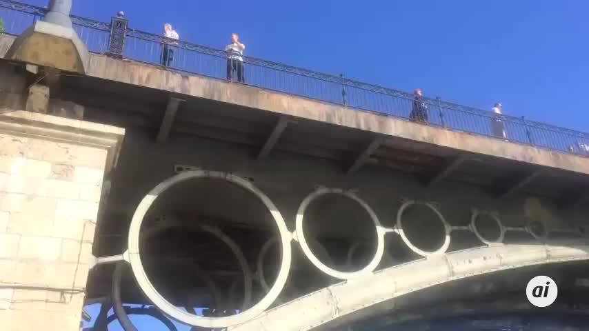 El puente de barcas militar comienza a tomar forma en el Guadalquivir