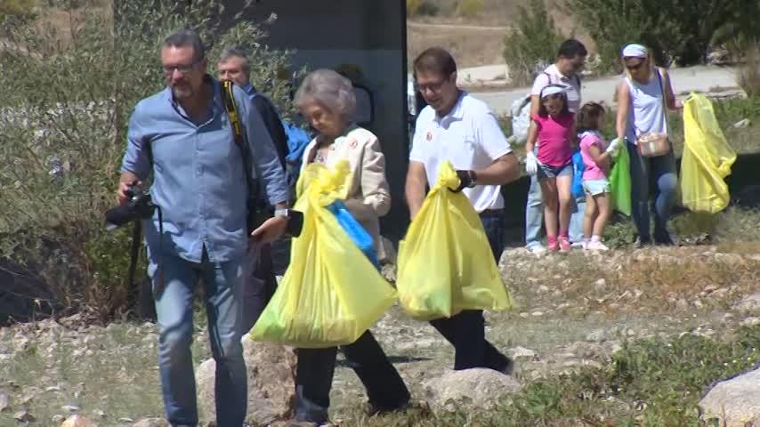 La reina Sofía se suma a una recogida de residuos