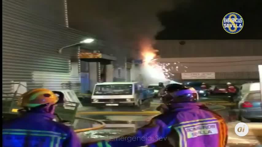 Extinguido el incendio declarado en un taller en el Polígono Store