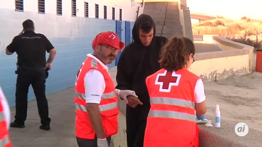 Detenidos 17 de los 30 migrantes que llegaron a la playa de Cortadura