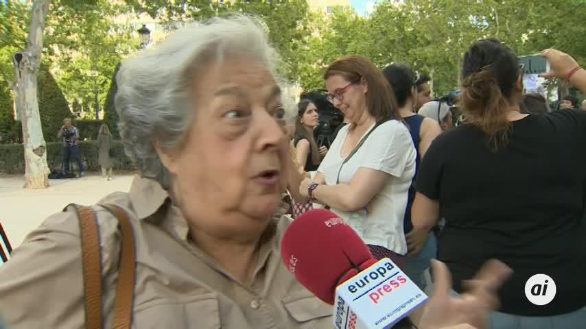 Decenas de personas celebran ante el Supremo la sentencia de La Manada