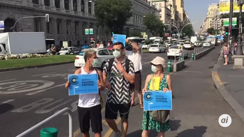 Activistas de Greenpeace cortan la entrada a Madrid Central