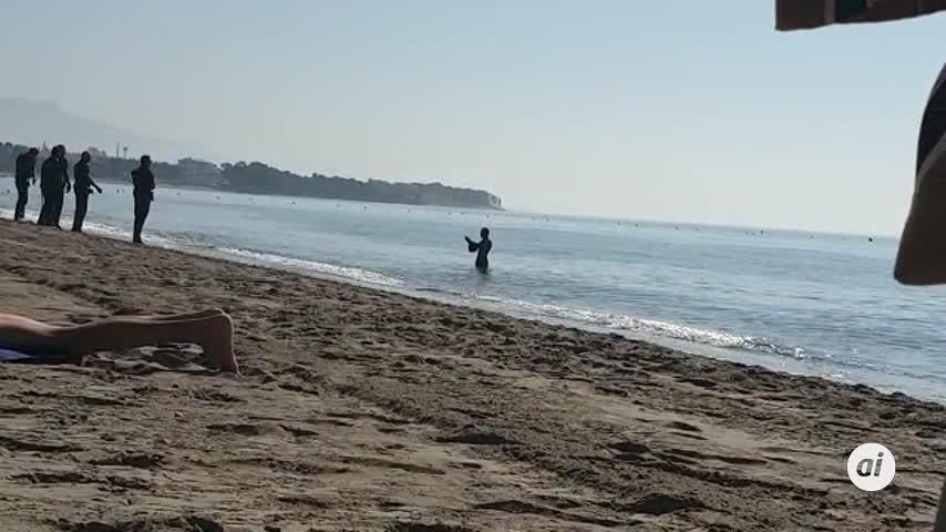 Huye del juzgado en Estepona y en el mar grita que se va a matar
