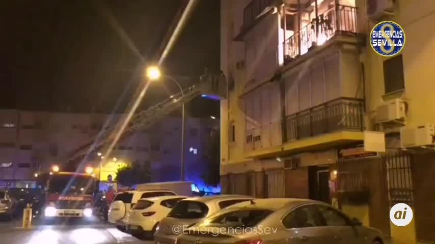 Una treintena de vecinos desalojados por un incendio en la Macarena