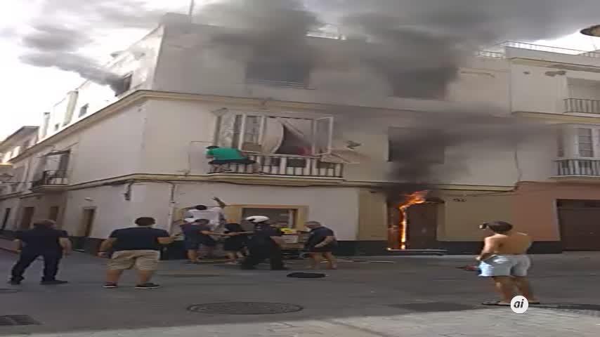 Declarado un incendio en un inmueble en pleno centro de Cádiz