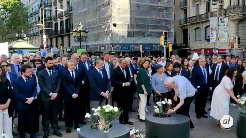 Barcelona homenajea a las víctimas del atentado con una ofrenda floral