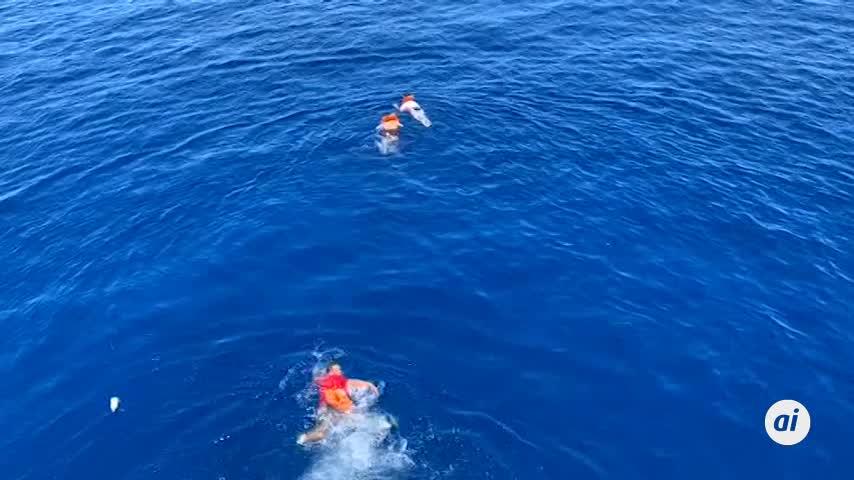 Algunos migrantes del Open Arms se lanzaron al mar para desembarcar
