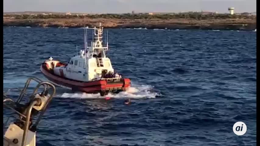 Nueve migrantes del Open Arms se lanzan al agua para nadar a Lampedusa