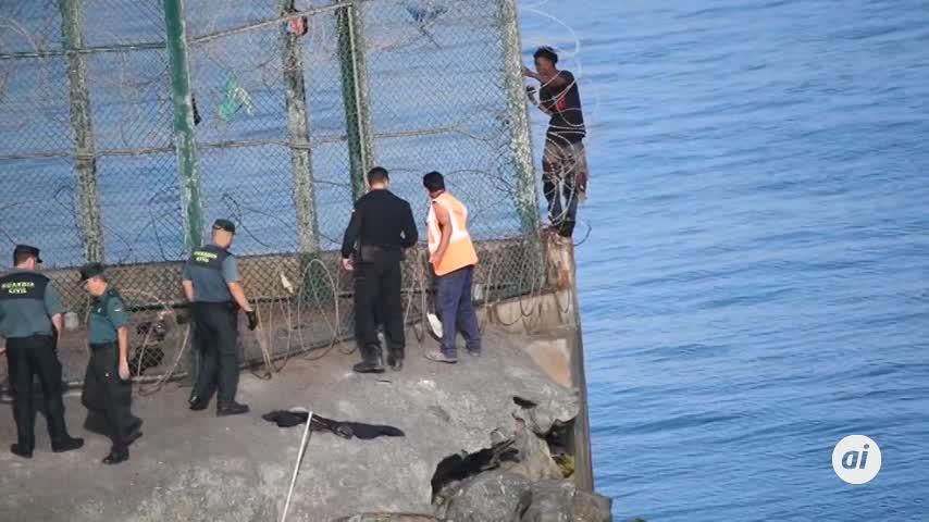 155 inmigrantes entran en Ceuta saltando su doble valla