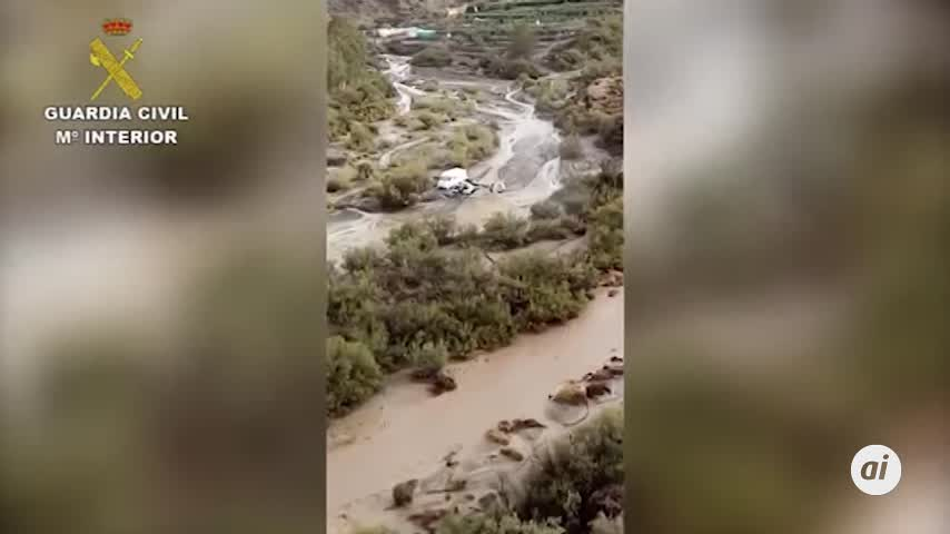 Rescatan en helicóptero a una pareja y a un perro en Almería