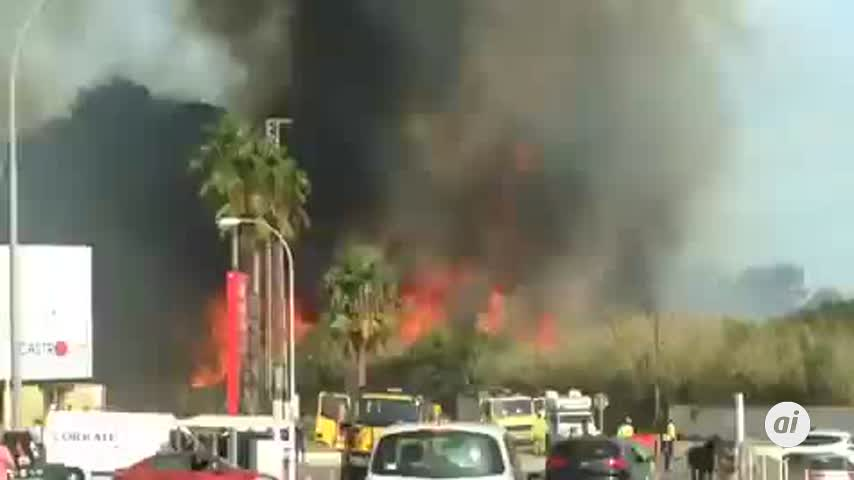 Tratan de extinguir dos incendios simultáneos en La Línea