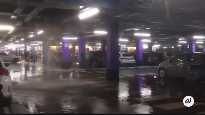 La rotura de una tubería inunda el centro comercial Lagoh