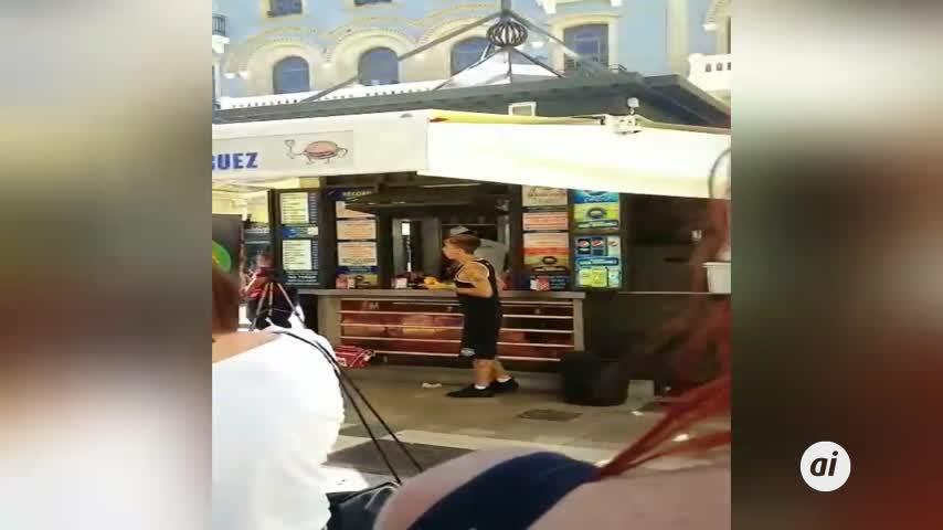 Un 'youtuber' bate un récord de ingesta de hamburguesas en Huelva