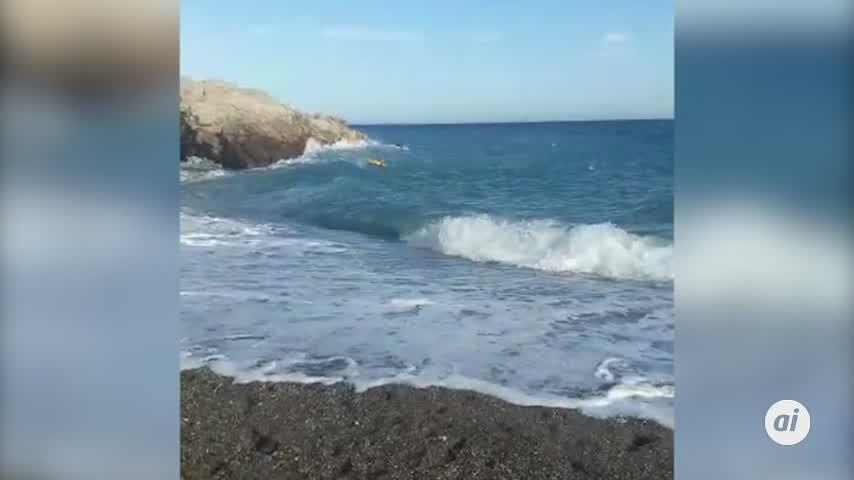 Salvan a una pareja de ahogarse en la playa El Tesorillo de Almuñécar