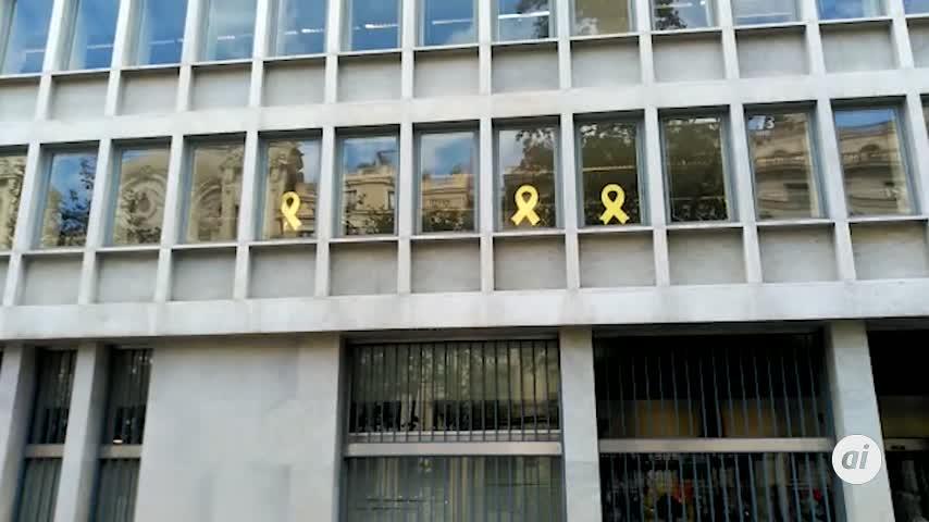 La mayoría de consejerías de la Generalitat ya no lucen lazos