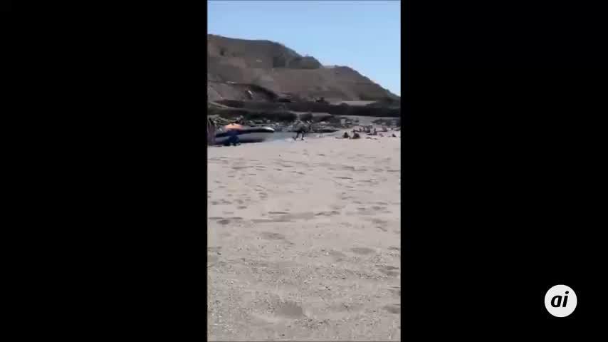 Dos individuos huyen por una playa de Gibraltar tras una persecución