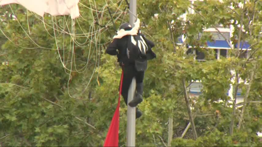 Un paracaidista choca con una farola en el desfile del 12 de octubre