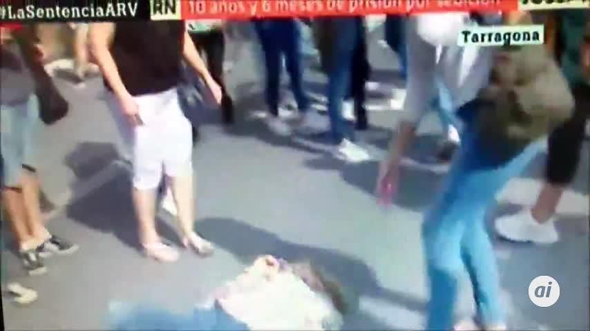 Derriba de un puñetazo a una mujer con una bandera española