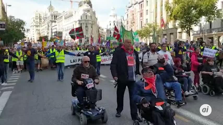 """Miles de personas se manifiestan para reivindicar pensiones """"dignas"""""""