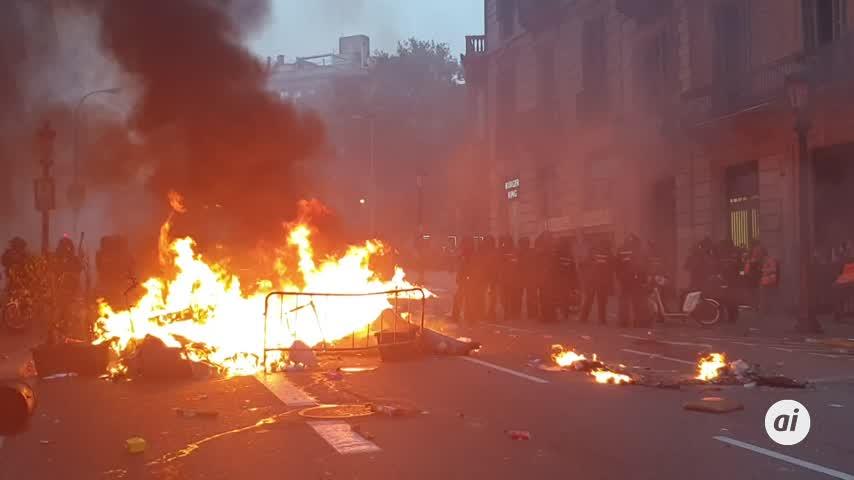 La Policía lanza gas lacrimógeno y pelotas de goma en Via Laietana